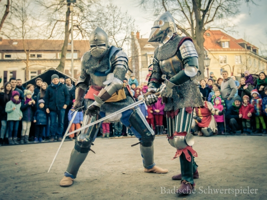 Ritter in Rüstung kämpfen mit Schwertern auf dem mittelalterlichen Weihnachtsmarkt in Karlsruhe Durlach