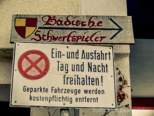 Hinweis zum Eingang des Vereinsheim des Mittelaltervereins Badische Schwertspieler